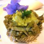 Pollo profumato al curry con carciofi morbidi e riso integrale