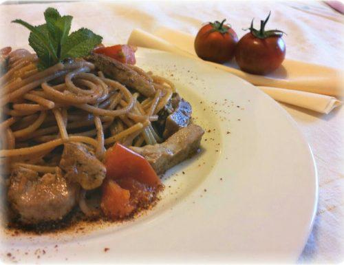 Spaghetti con tonno fresco, peperoni dolci e pomodorini