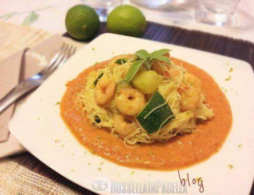 Spaghetti di riso con gamberetti e zucchine su crema di peperone e lime