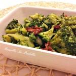 Broccoli ripassati con pomodori secchi e acciughe