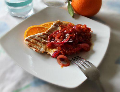 Petto di pollo grigliato con cipolle di tropea caramellate all'arancia