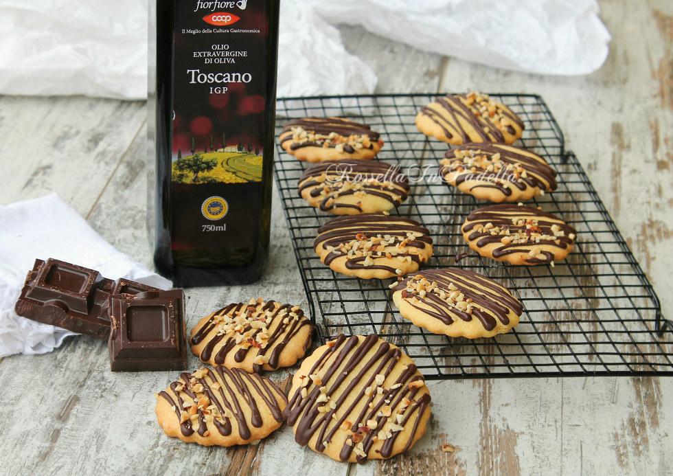 Biscotti all'olio con cioccolato e granella di nocciole