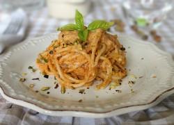 Pasta con pesto di zucchine rosso, mascarpone e pistacchi