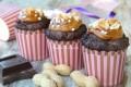 Muffin al cioccolato con crema mou e arachidi