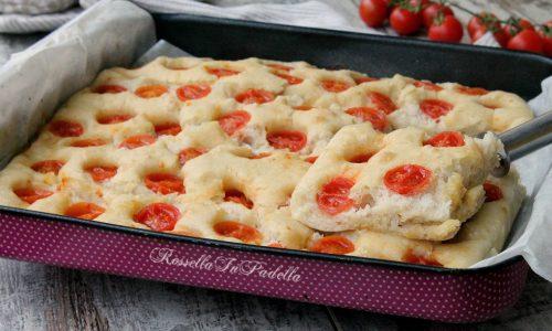 Focaccia senza impasto con pomodorini