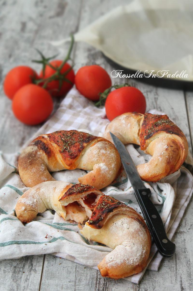 Pizza cornetto al pomodoro e mozzarella