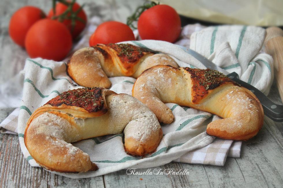 Pizza croissant al pomodoro e mozzarella