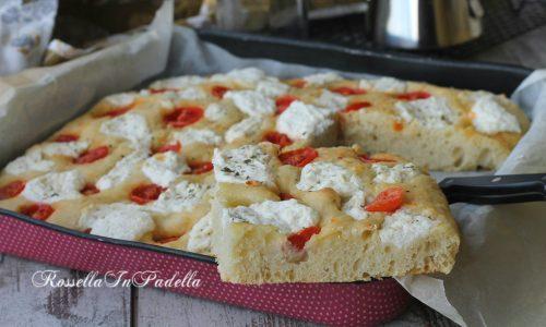 Focaccia con lievito madre, pomodorini e crema di ricotta