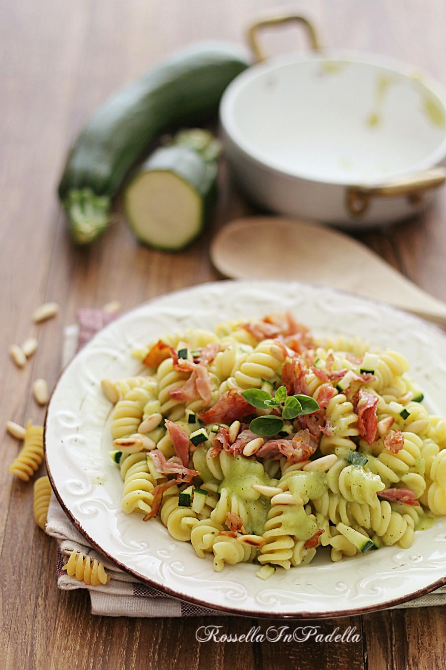 Fusilli con crema di zucchine e pancetta croccante, ricetta pasta con le  zucchine