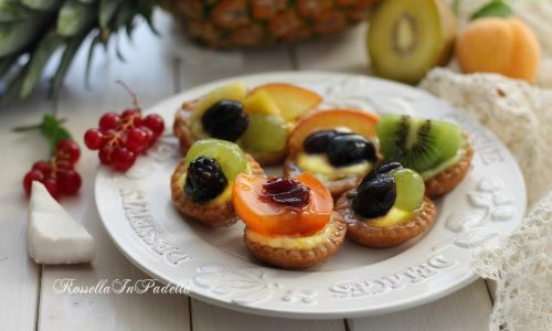 Pasticcini con crema pasticcera e frutta