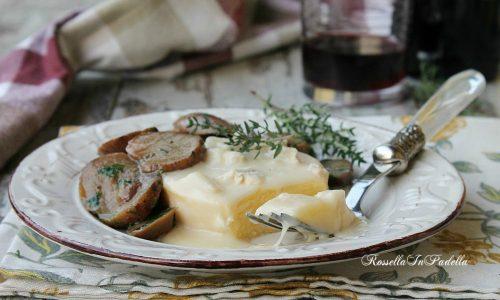 Polenta con fonduta di formaggi e funghi porcini