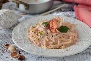 Pasta con crema di salmone e pistacchi