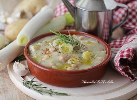 Zuppa di porri, ceci e patate con provola e rosmarino