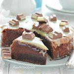 Torta magica al cioccolato al latte e cioccolato kinder