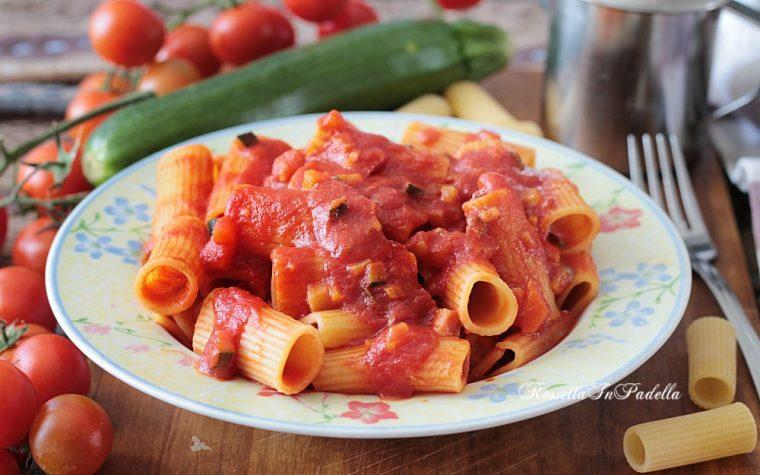 Pasta con ragù di zucchine e pancetta