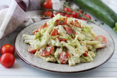 Pasta cremosa con zucchine, philadelphia e pomodorini