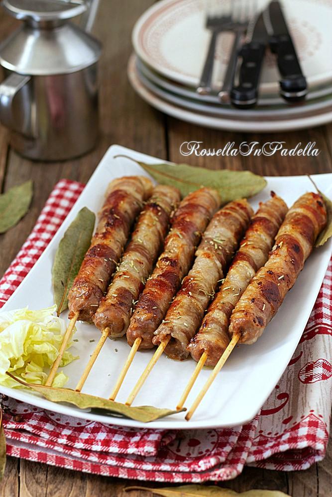 Arrosticini di salsiccia e bacon, ricetta facile e veloce con salsiccia e bacon