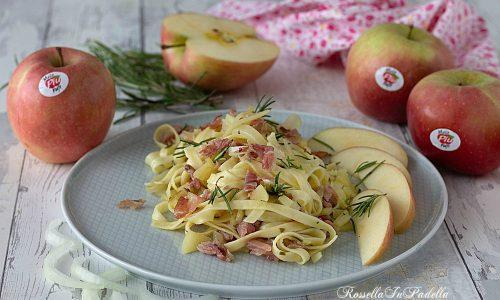 Tagliatelle con cipolle, speck e mele