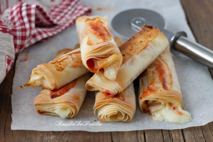 Rotolini di pasta fillo con pomodoro e mozzarella