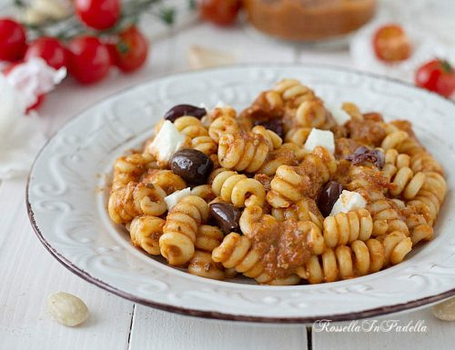Pasta con pesto di tonno e pomodori secchi con olive taggiasche