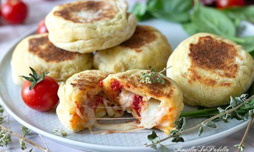 Focaccine di patate in padella con pomodoro e mozzarella