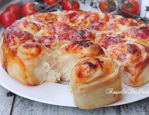 ROSE DI PIZZA o pizza di rose con pomodoro e mozzarella