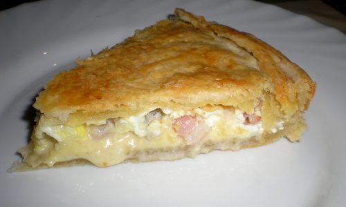 Torta salata con pancetta, salsiccia e sottilette
