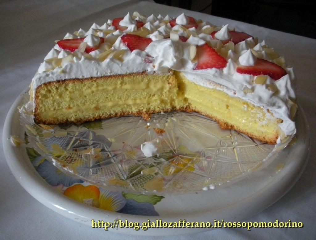 torta di compleanno con crema, panna e fragole