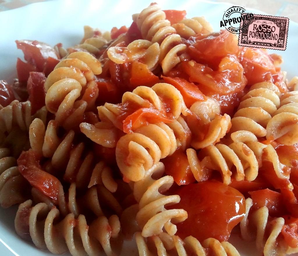 Pasta con peperoni, pomodorini e peperoncino