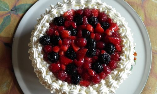 Torta panna e frutti di bosco | Ricetta torta di compleanno