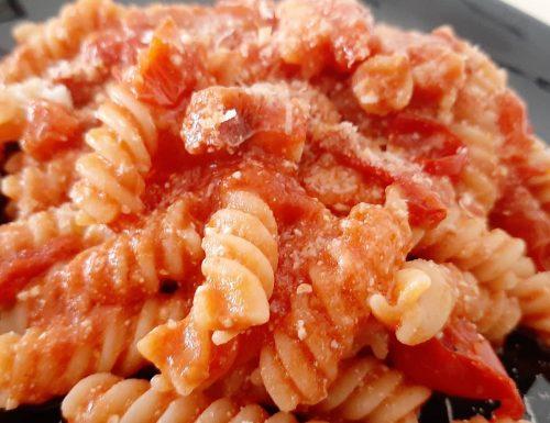 Fusilli al sugo di pomodorini con pancetta e ricotta di bufala