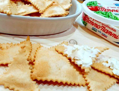 Crackers paprika e pecorino con esubero di lievito madre