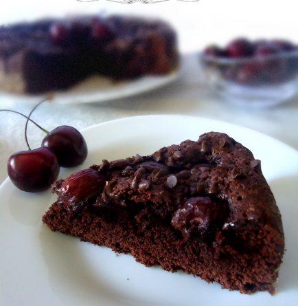 Torta al cioccolato con ciliegie ricetta