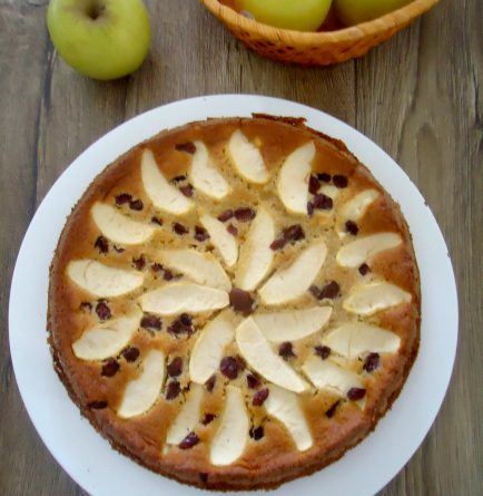 Torta di mele e mirtilli rossi soffice e umida