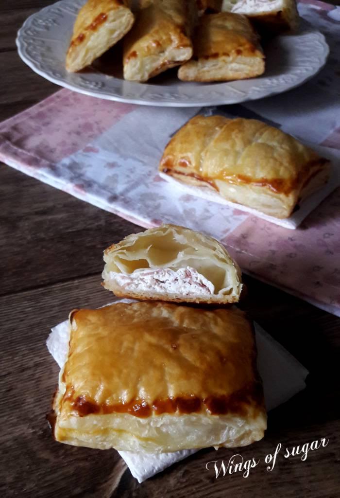 Fagottini salati di pasta sfoglia ripieni di ricotta e prosciutto cotto; wings of sugar blog