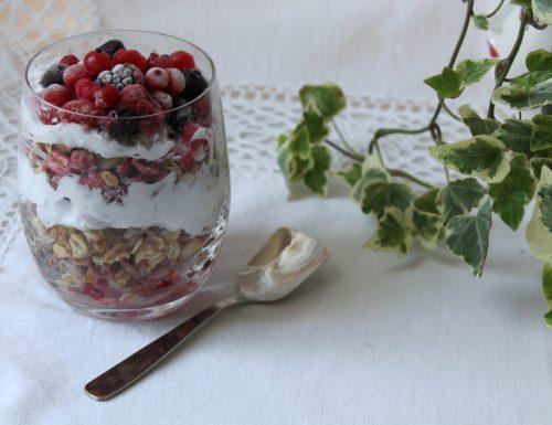 Yogurt croccante ai frutti di bosco