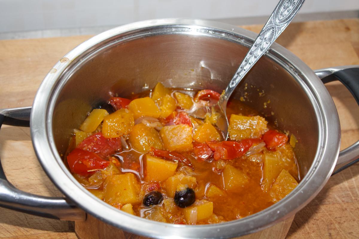 Zucca stufata con pomodori e olive nere