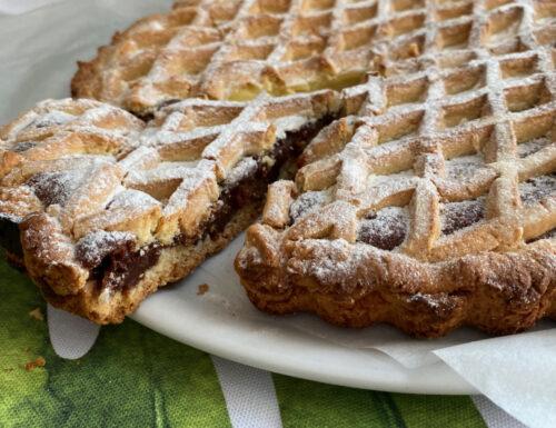 Crostata ai due cioccolati rifinita con griglia per crostate