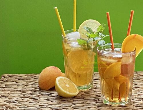 Tè freddo alla pesca e al limone fatto in casa con infusione a caldo
