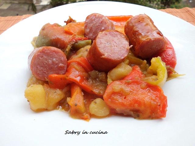 peperoni patate e salsicce in padella