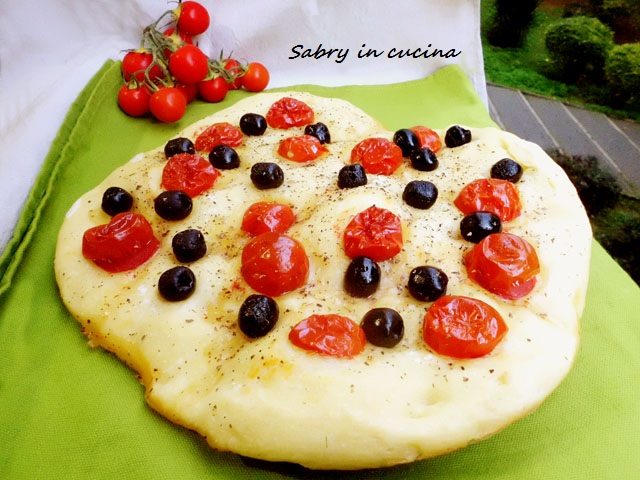 focaccia morbida olive pomodorini