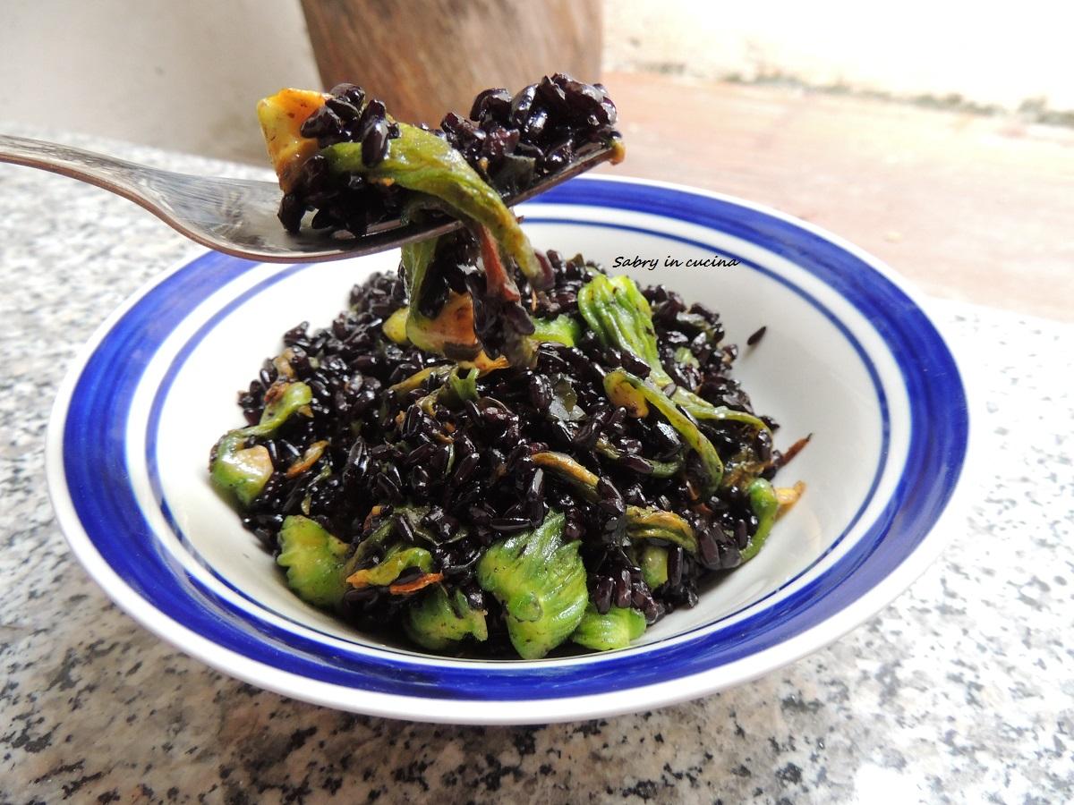 riso venere con fiori di zucca e alghe