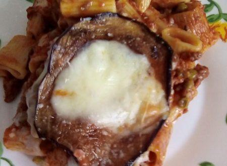Mezze maniche al forno con ragù e melanzane – Ricetta siciliana