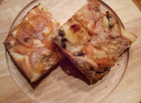Pizza rustica con pomodoro verde, acciughe e pangrattato