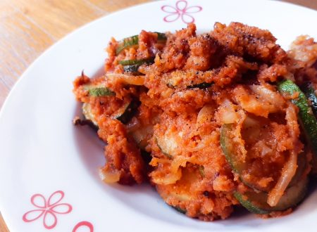 Dischi di zucchine saporite in padella