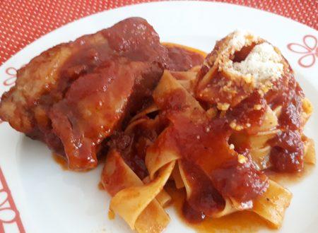 Costine di maiale al sugo con Pappardelle