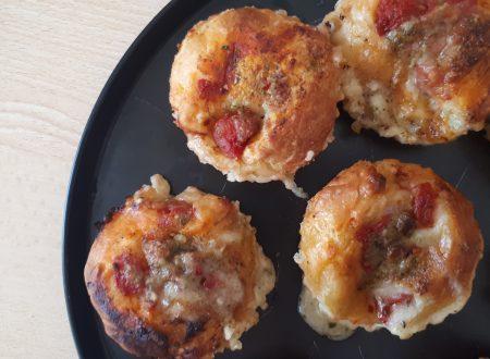 Muffin di Pizza con Pomodoro, Mozzarella e Pesto