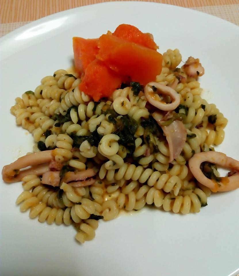 Fusilli bucati con zucca rossa, spinaci e calamari