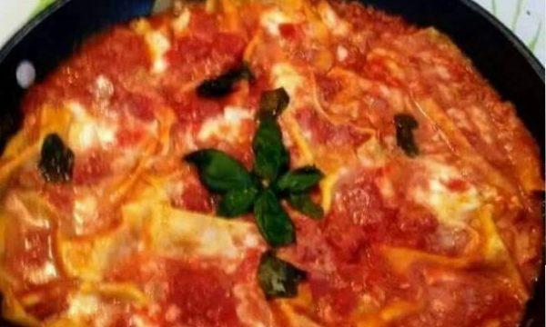 Lasagne finte in padella con pomodoro e mozzarella