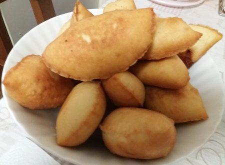 Panzerotti con ripieno di pomodoro e mozzarella